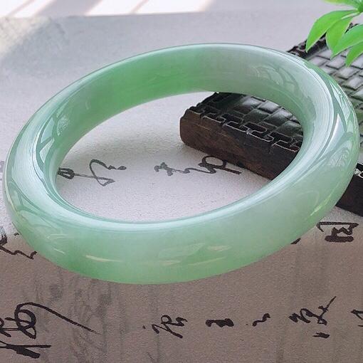 天然A货翡翠糯化种飘绿圆条玉手镯,水润秀丽,飘绿优雅,种水十足,视觉甜美可人,恰到好处的美,十分高雅耐看,条形优美,上手优雅大方,56-57圈口可佩戴。尺寸56*12.6*12mm,重量:84.35g