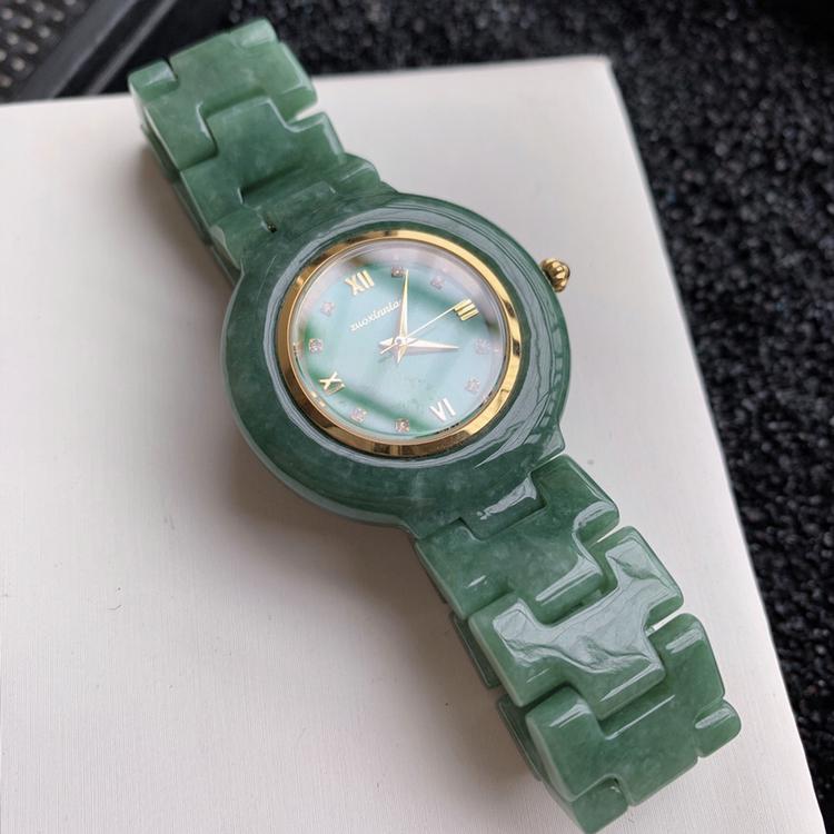 缅甸天然翡翠A货   水润浅绿翡翠手表,重量:74.59,尺寸35*35mm,寓意吉祥如意,家和兴