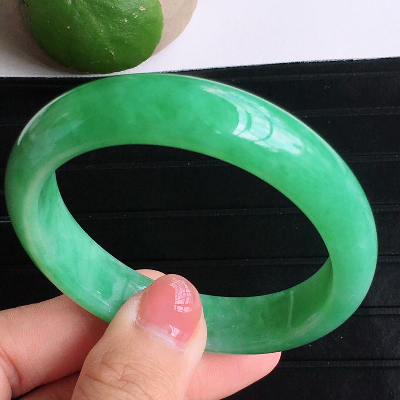 圈囗55/47mm,天然缅甸老坑翡翠A货绿色贵妃宽边手镯,料子细腻柔洁,尺寸55/47/12/7mm,重量41.36g。