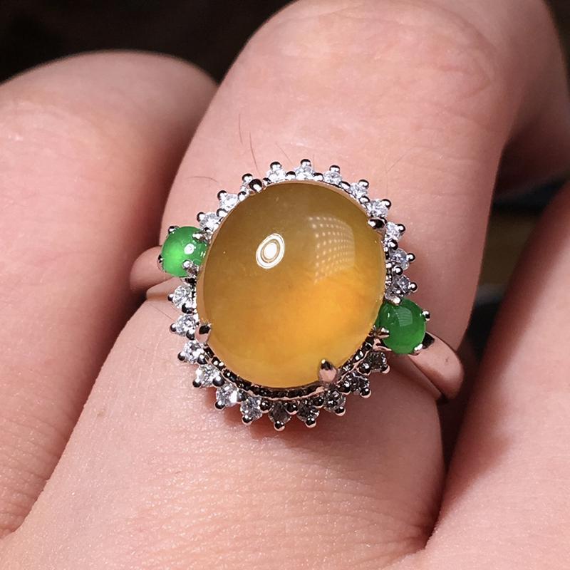 严选推荐老坑高冰种鸡油黄翡翠蛋面女戒指,18k金钻搭配冰阳绿色小蛋面豪华镶嵌而成,品相佳,佩戴