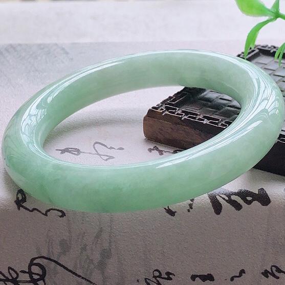 天然A货翡翠糯化种飘绿圆条玉手镯,水润秀丽,飘绿优雅,种水十足,视觉甜美可人,恰到好处的美,十分高