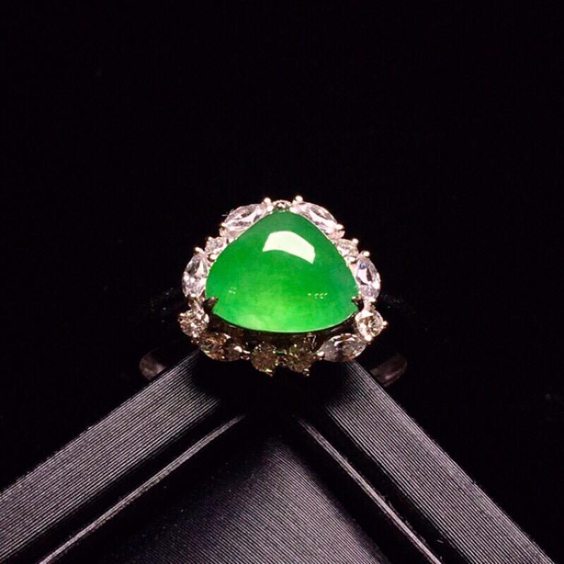 18K金钻镶嵌满绿蛋面戒指玉质水润细腻 色泽清新艳丽 搭配宝石镶嵌款式高贵优雅 唯美 圈口13.5整
