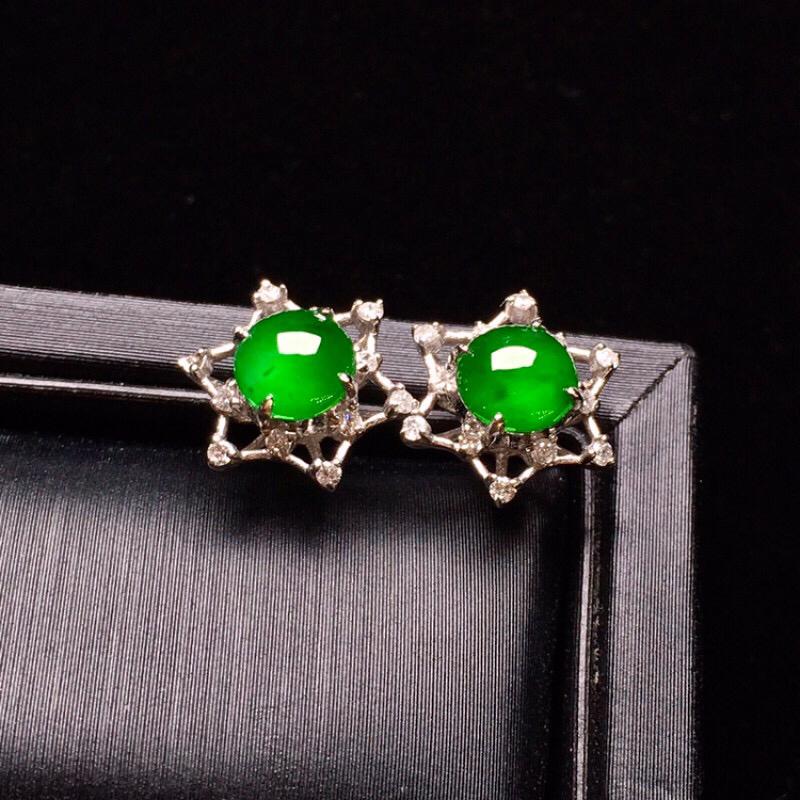 18K金钻镶嵌冰阳绿蛋面耳钉质地水润细腻 色泽艳丽款式时尚精美 亮眼整体尺寸9.5*9.5*5.7裸