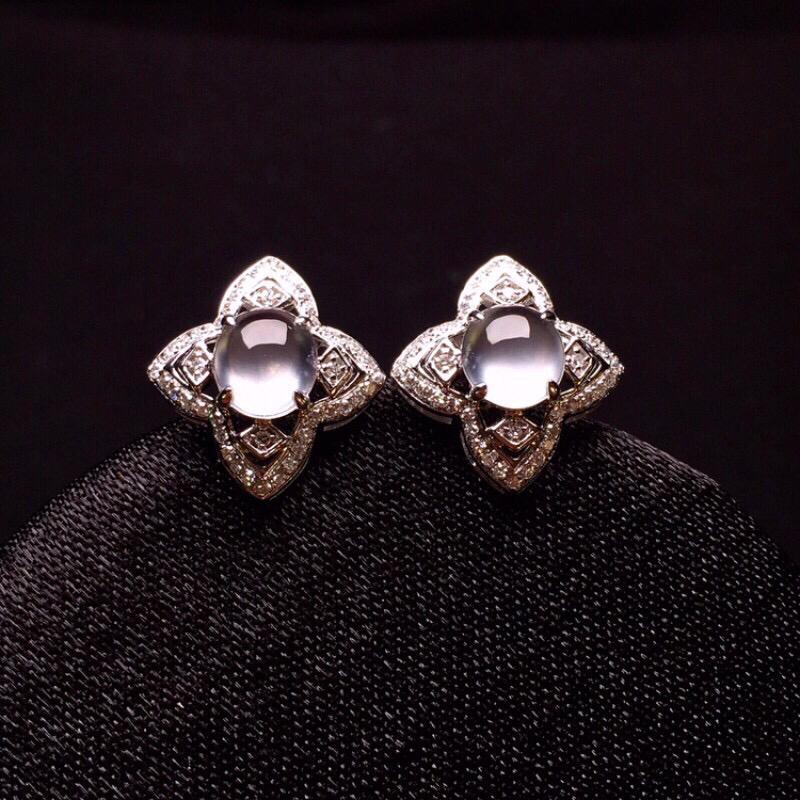 18K金钻镶嵌冰种蛋面耳钉玉质冰润细腻 水润透亮 清新甜美 款式时尚唯美亮眼 整体尺寸9*8.9*5