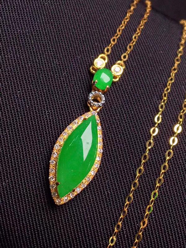 满绿水滴锁骨链,玉质细腻,料子干净,莹润光泽,色泽浓郁,18K金镶嵌钻石,裸石:13.7*15.7*