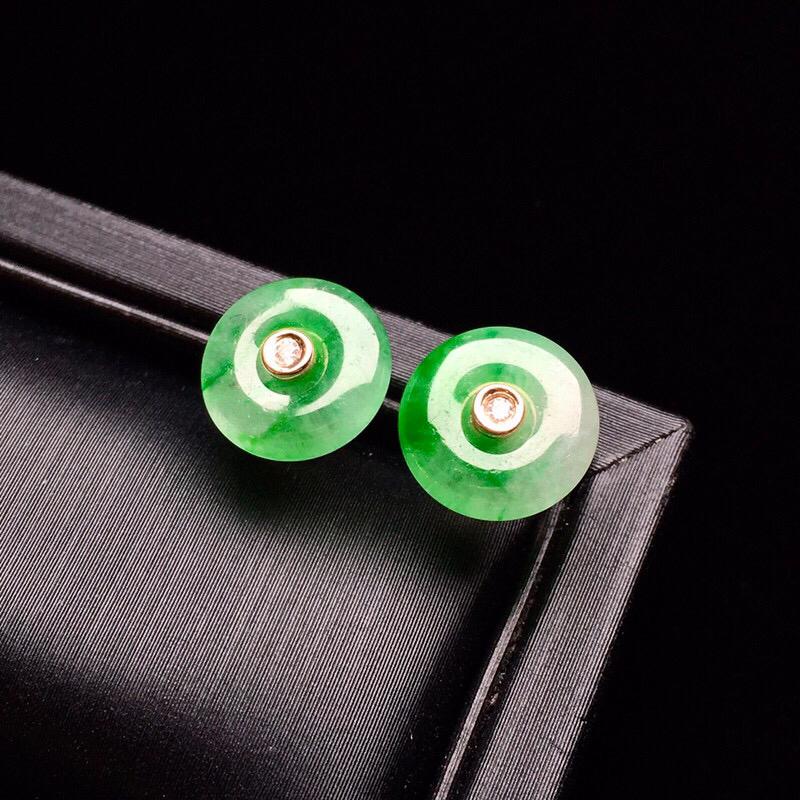 【低价放漏】18K金镶嵌冰种翠绿耳钉 玉质细腻 色泽艳丽 款式新颖时尚精美 整体尺寸9.2*2.4