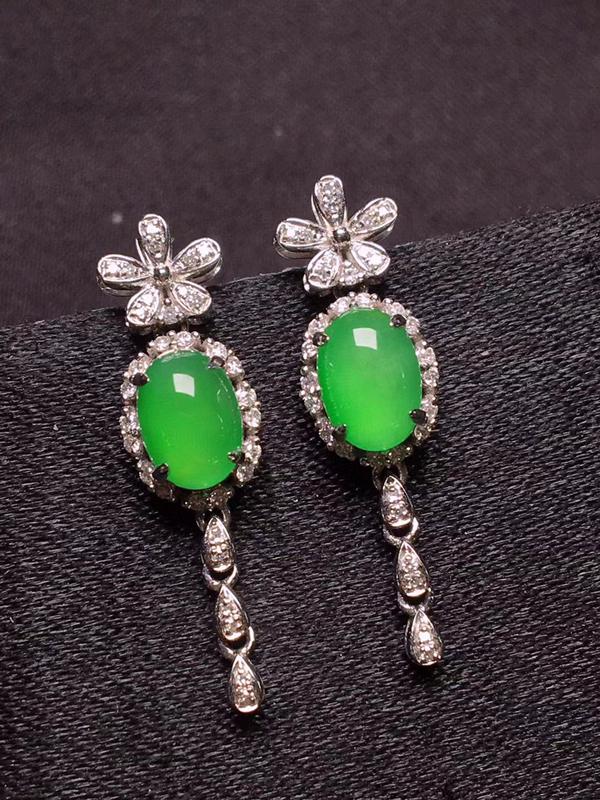 阳绿蛋面耳坠,色泽浓郁,玉质细腻,料子干净,莹润光泽,圆润饱满,18K金镶嵌钻石,裸石:7.1*5*