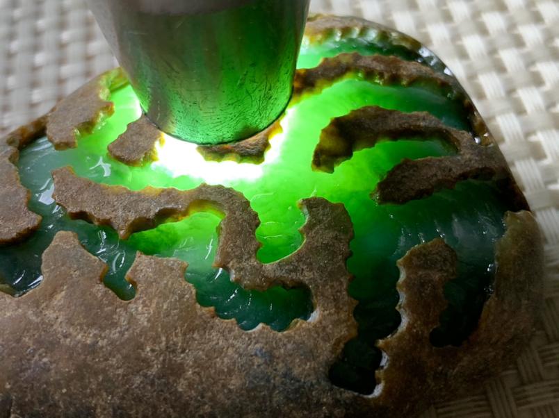 211克大马坎水石,水石皮壳光滑,油性大,温润细腻,打灯透光度较高,肉质细腻,冰晴底,赌性小,值得玩