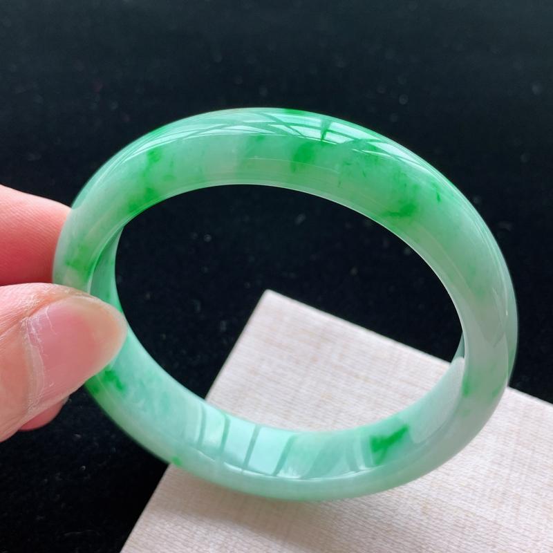 正圈55.8,缅甸天然翡翠好种手镯,尺寸 :55.8*13*7 ,玉质细腻水润 , 飘阳绿,条形漂亮