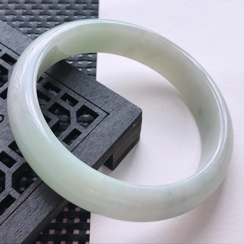 浅绿正圈手镯66圈,种水好,佩戴效果更佳,尺寸:66.2-15.5-8.5mm重量:81.46g
