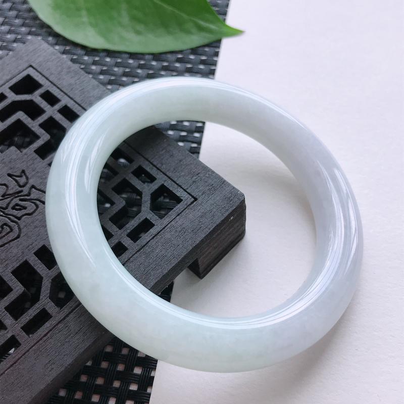 淡紫圆条手镯58圈,种水好,佩戴效果更佳!尺寸:58-13.5mm重量:75.11g