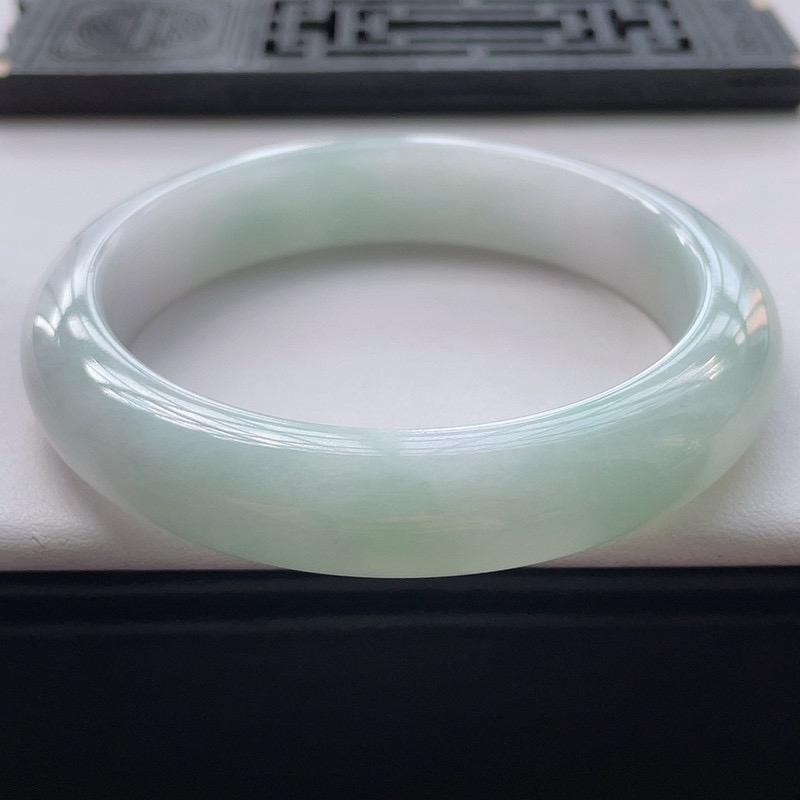 正圈58.2圈口,自然光实拍,缅甸老坑天然翡翠A货,水润淡绿正圈手镯。尺寸:58.2-13-8.