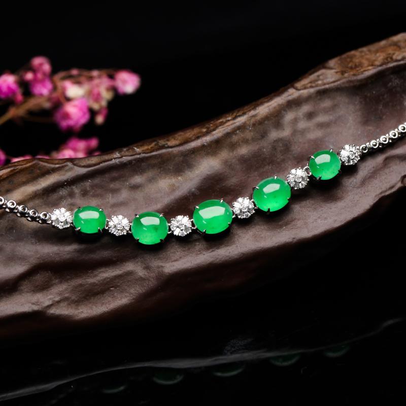 真心推荐18K金镶嵌伴钻蛋面翡翠手链,莹亮光泽,色泽清新,佩戴效果优雅高贵,手链总长约185.