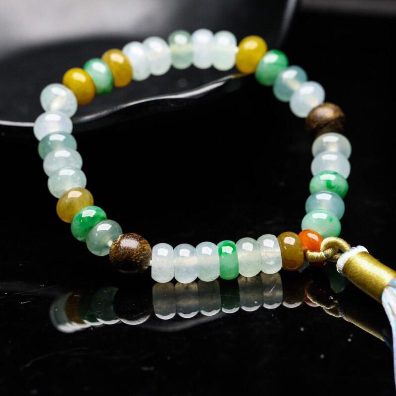 翡翠手串,共32颗,取其中一颗珠尺寸大约7.7*4.8mm,玉质莹润,靓丽秀气,红色珠、木珠为饰珠