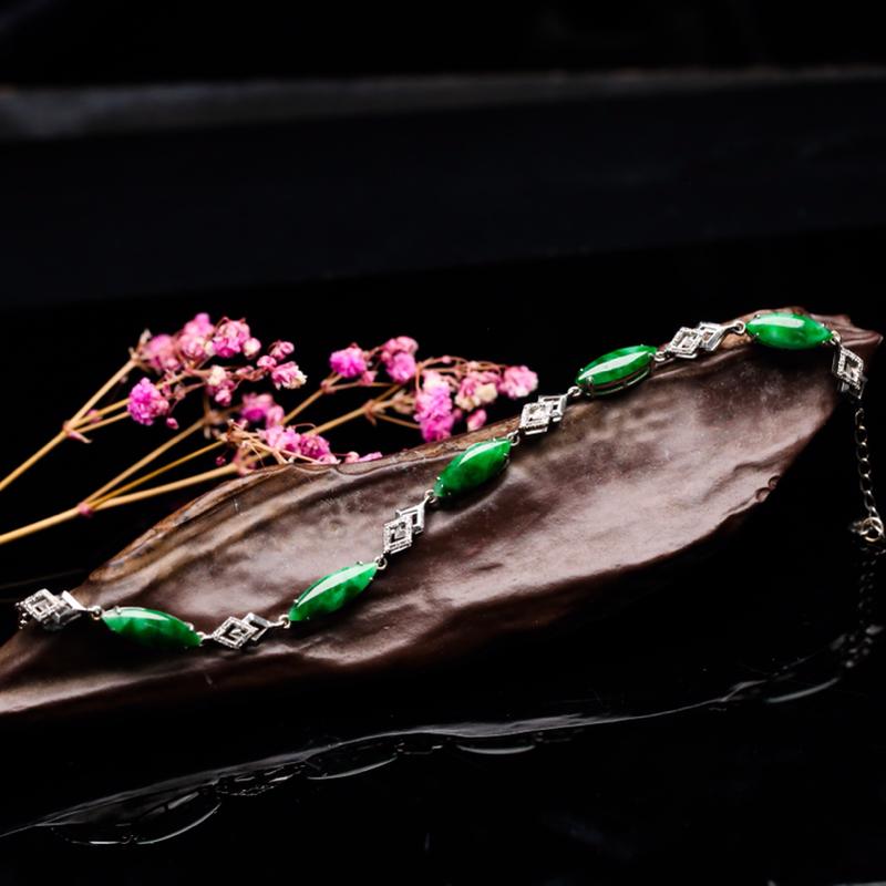 18K金伴钻镶嵌随形翡翠手链,色泽清新,端庄时尚,佩戴效果优雅漂亮,手链总长约184.5mm取一裸