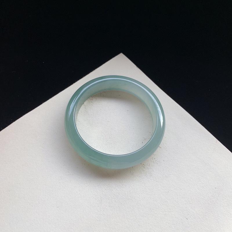 冰润双彩正圈手镯55.3mm质地细腻,种好水润,清秀高雅, 佩戴效果迷人