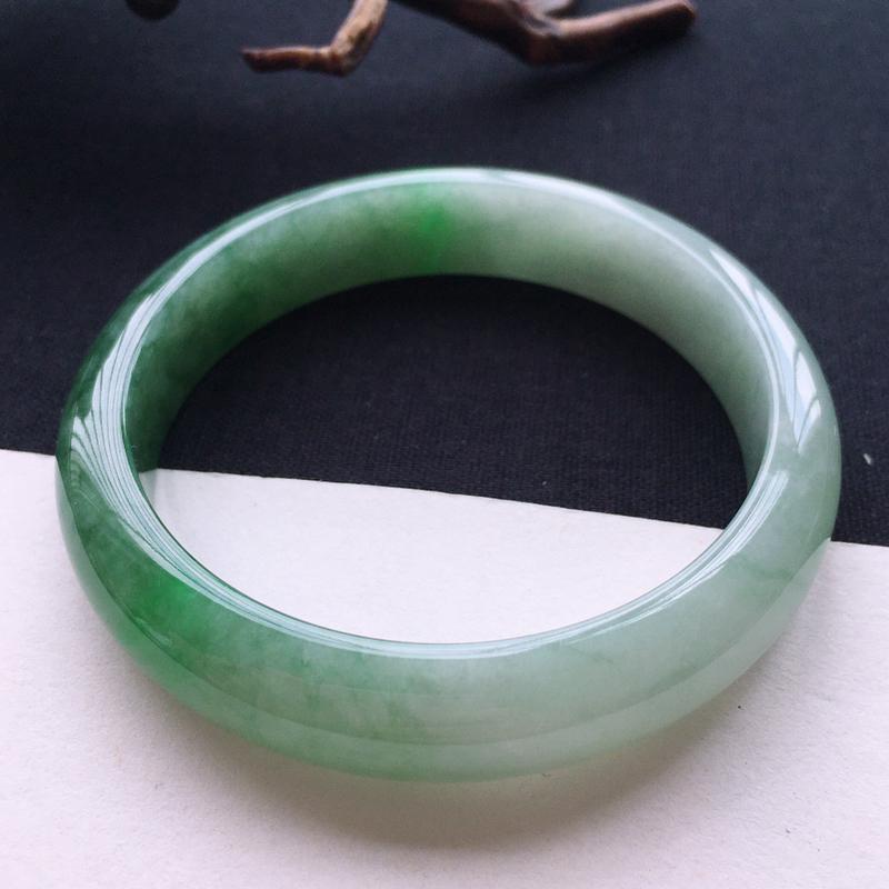 天然翡翠A货带色正圈手镯,圈口59,质地细腻温润,品相靓丽,种水好,无纹裂
