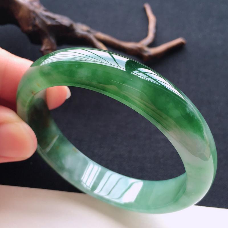 天然翡翠A货带色黄加绿正圈手镯,圈口57,质地细腻温润,品相靓丽,种水好,无纹裂