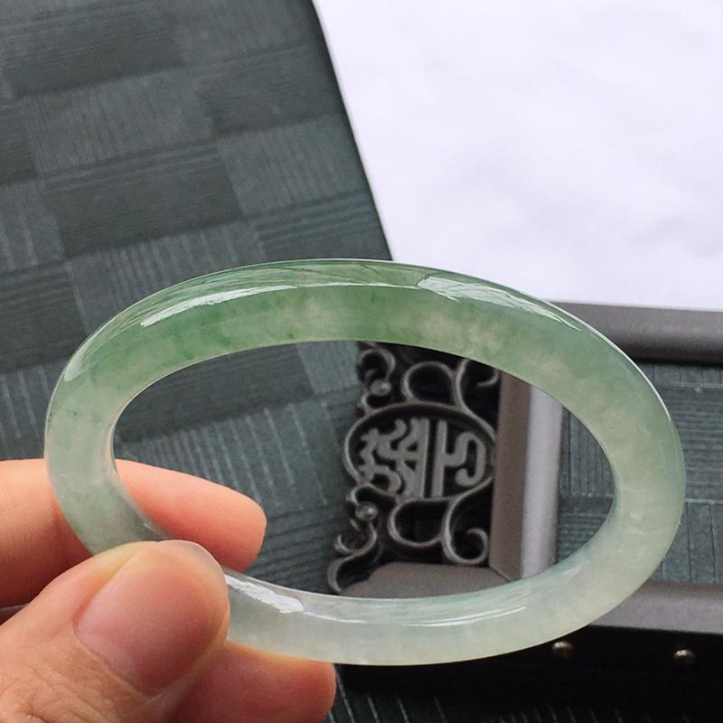 圈口:53.3mm翡翠冰种贵妃飘绿手镯,种水好,玉质细腻温润,颜色漂亮。详细尺寸:53.3*44.6