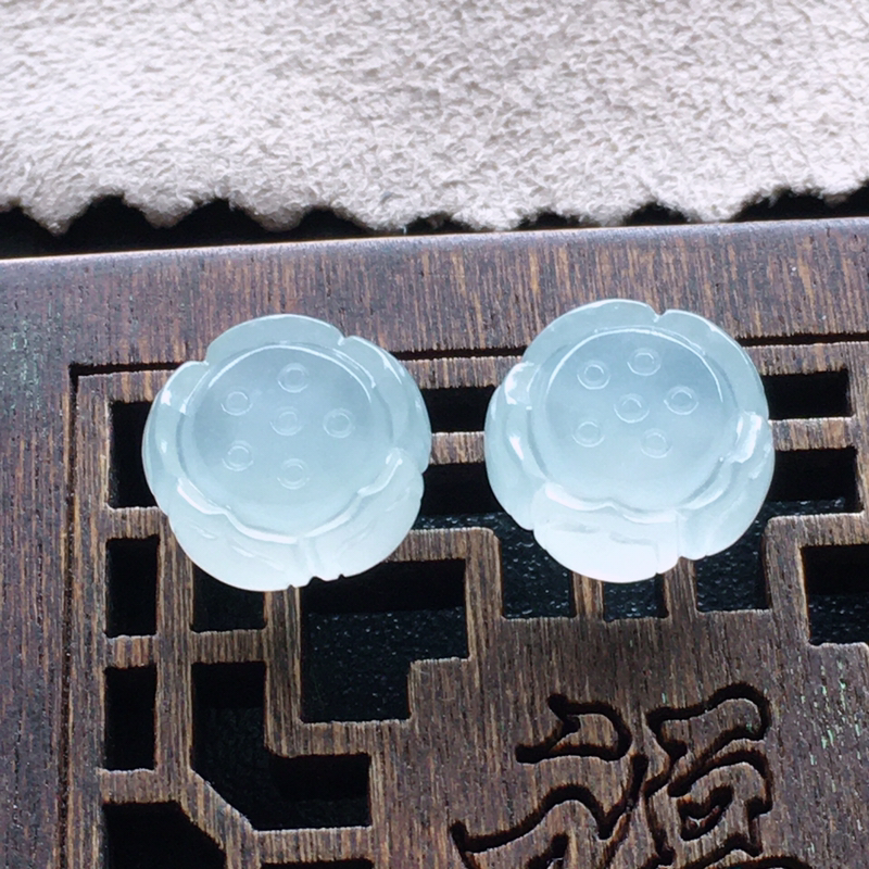 【超值推荐】冰种莲蓬,一对,自然光实拍,缅甸a货翡翠,种好通透,水润玉质细腻,雕刻精细,饱满品相佳,