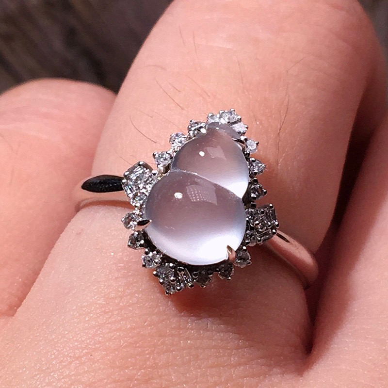 严选推荐老坑纯正玻璃种翡翠葫芦女戒指,18k金钻镶嵌而成,品相佳,佩戴效果出众。种水无可挑剔,