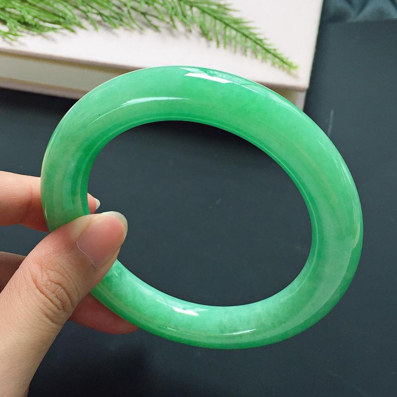 圆条58.5mm,正圈59可戴,细豆种满色果绿翡翠手镯,颜色青翠碧绿,佩戴亮眼夺目