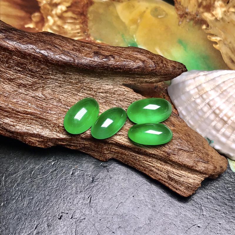 行家货令人心醉的玻璃种阳绿蛋面,满绿色泽美的惊人,属于那种打灯能晕染满屋的正阳绿色泽。种水达到玻