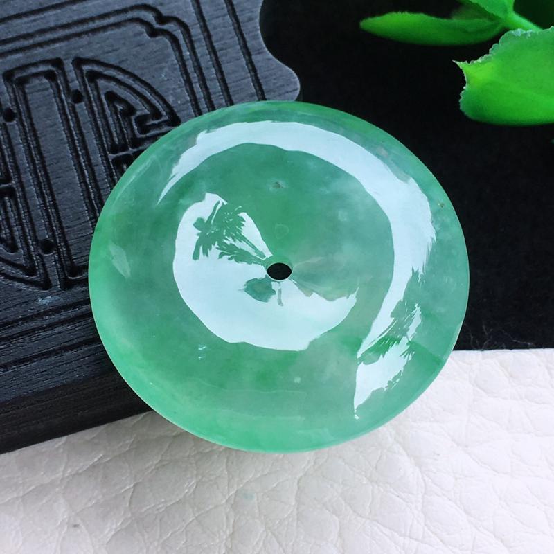 冰油平安扣玉吊坠 种老 质地冰润通透,纯净。颜色很美,佩戴、收藏均为佳品!尺寸:28.5*6.0mm