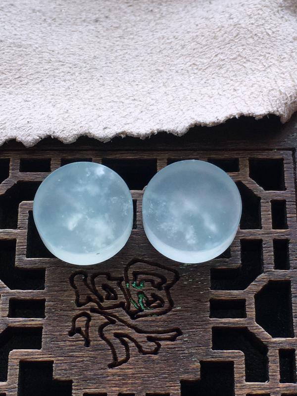 冰种戒面一对,自然光实拍,缅甸a货翡翠,种好通透,水润玉质细腻,雕刻精细,饱满品相佳,
