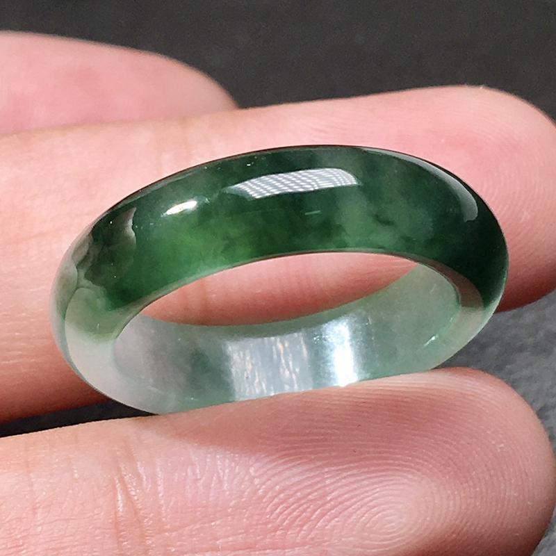 严选推荐老坑冰糯种翠绿色戒指圈,老坑种水,颜色浓郁,冰感十足,起强玻璃光泽。高性价比,值得入手