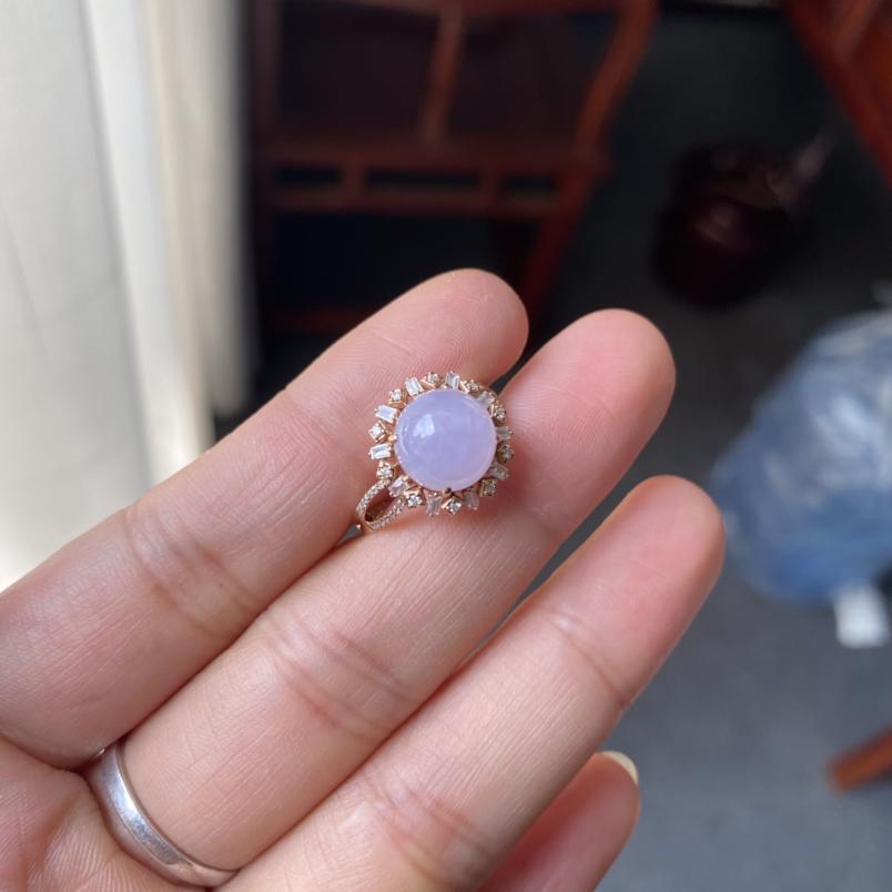 冰糯种紫罗兰戒指,颜色清新,款式时尚百搭,无纹裂。圈口13,裸石尺寸9.2*9.1*5.3,代售