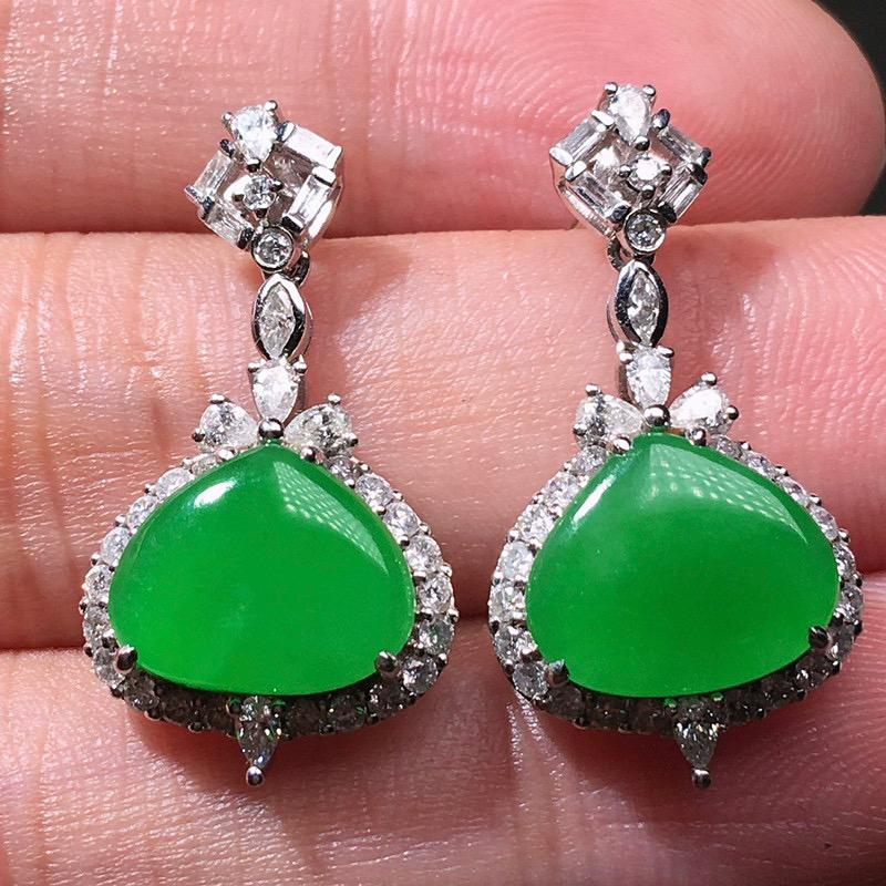 严选推荐老坑冰种阳绿色翡翠戒面耳坠,18k金钻豪华镶嵌而成,品相佳,佩戴效果出众,尽显气质。种