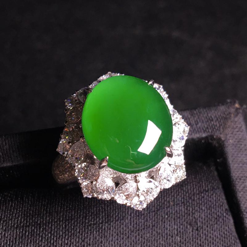 18k金满钻镶嵌高冰满绿蛋面戒指,种好通透起胶,种老色浓,翠色浓郁,细腻冰透,种色俱佳,佩戴优雅高贵