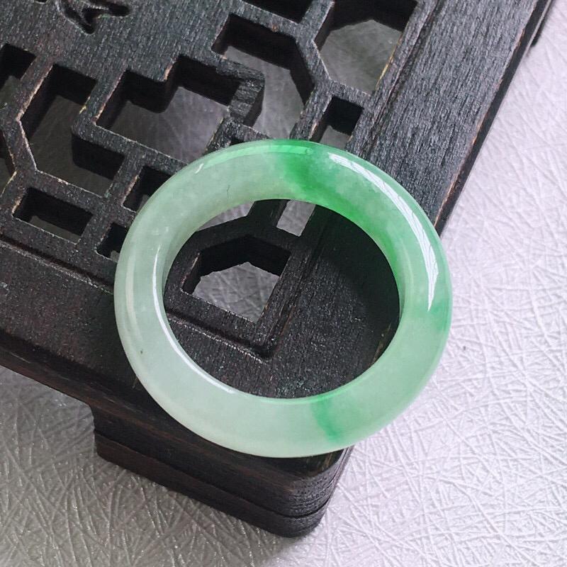 冰绿17.8mm内径指环 油润,光泽度好,种好色佳,种水十足,雕工细致,色泽均匀,品相佳!尺寸:17