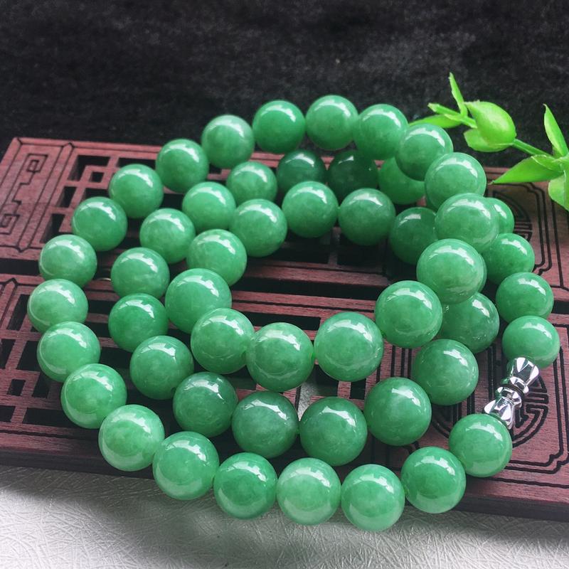 翡翠满色油润油绿圆珠项链,翡翠佛珠玉链,色泽均匀,种老水足,玉质细腻,单珠:10.2*mm,共53颗