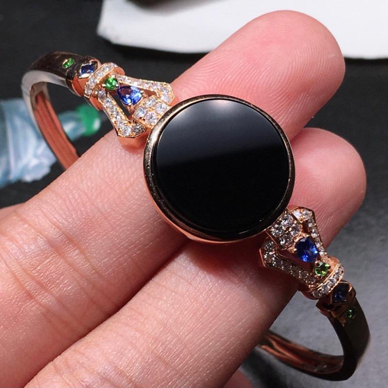严选推荐老坑冰种墨翠平安扣手镯,18k金钻伴宝石豪华镶嵌而成,品相佳,佩戴效果出众,尽显气质。