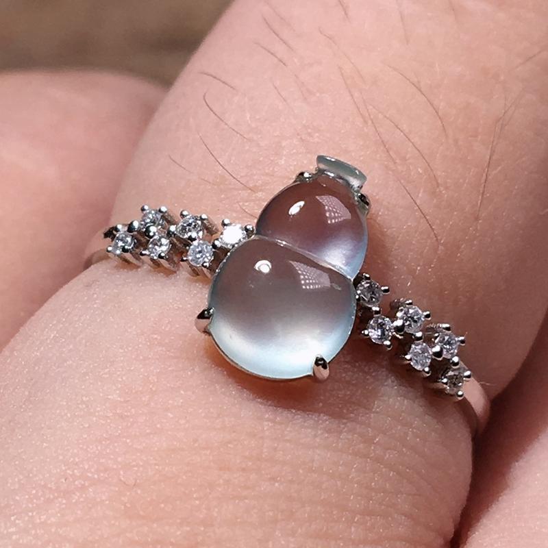 严选推荐老坑玻璃种翡翠葫芦女戒指,18k金钻镶嵌而成,品相佳,佩戴效果佳。种水无可挑剔,荧光四