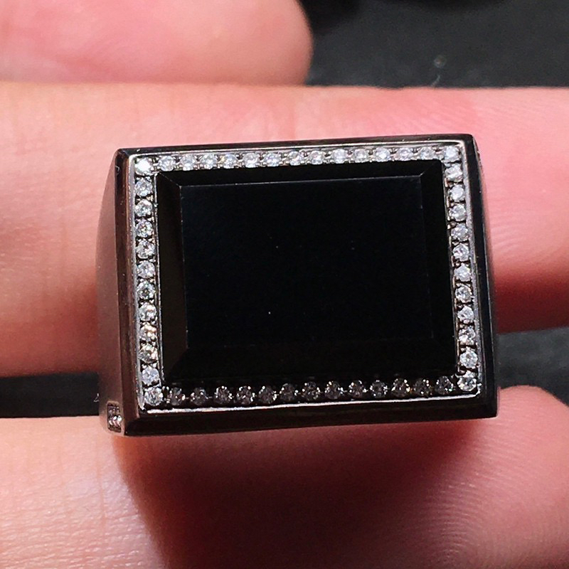 严选推荐老坑冰种墨翠男戒指,18k金钻豪华镶嵌而成,品相佳,佩戴效果出众。种水上乘,肉质水润细