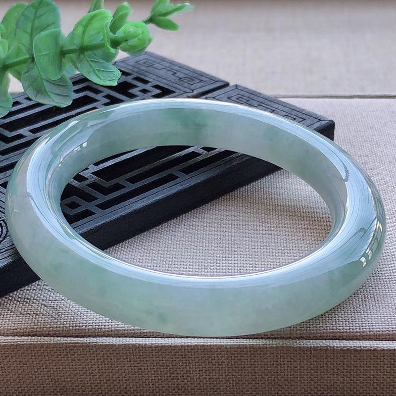 56.3圈口,自然光实拍,天然翡翠A货冰润飘绿圆条手镯,水头足,冰润细腻,通透釉洁,色泽佳,清新自然,优雅灵动,条形圆润肥美,上手高贵,迷人漂亮。重量65.20g,尺寸56.3*10.3*10.6mm