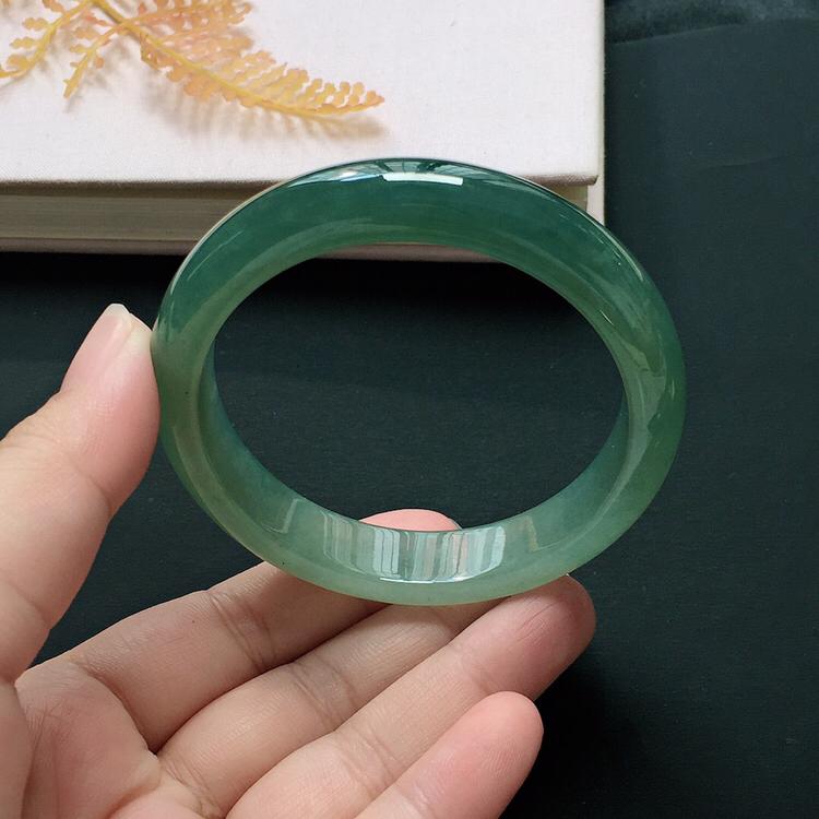 正圈55.4mm,糯化种飘色手镯,底子细润,韵味十足