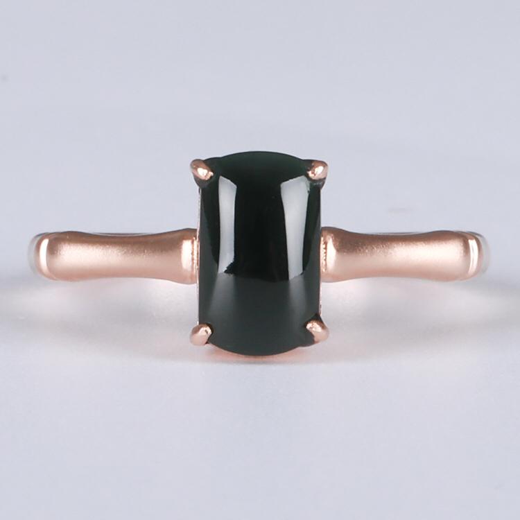 甄选优品,冰种墨翠方形戒指,搭配18k金。底子细腻,黑度高,灯照全透,竹节指环设计,有节节高升之意