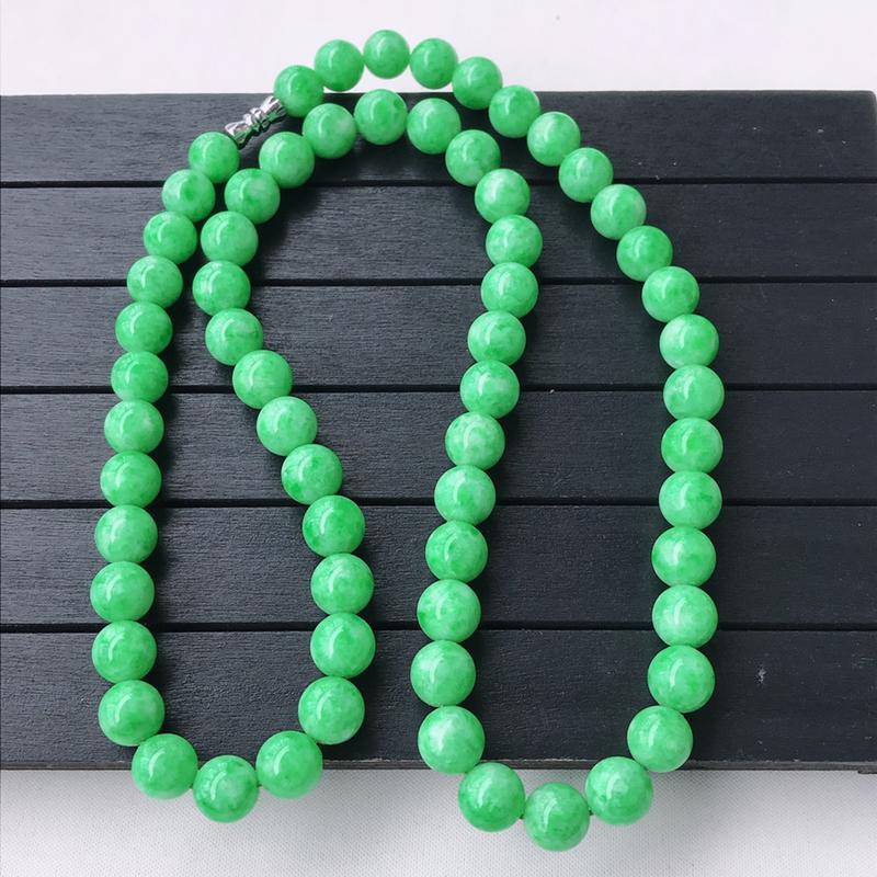 飘阳绿精美圆珠翡翠项链  玉质细腻  冰清玉润  颜色漂亮  玲珑剔透  尺寸直径9.5扣头为配饰扣