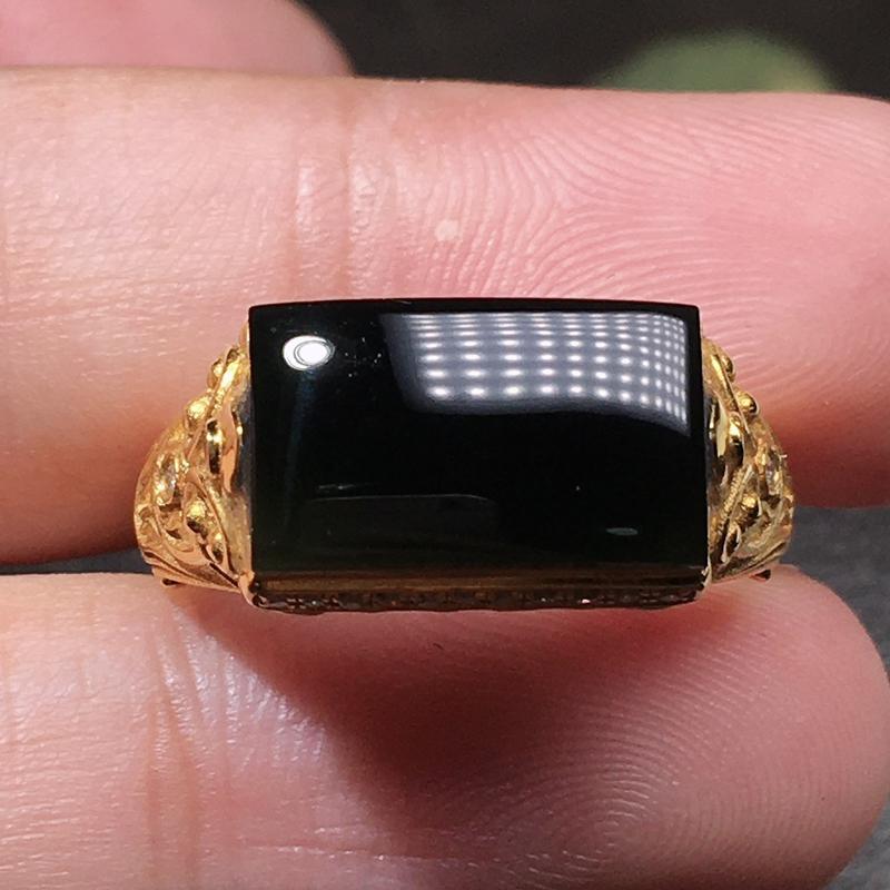 【超值推荐】严选推荐老坑冰种墨翠马鞍女戒指,18k金豪华镶嵌而成,品相佳,佩戴效果出众。种水上