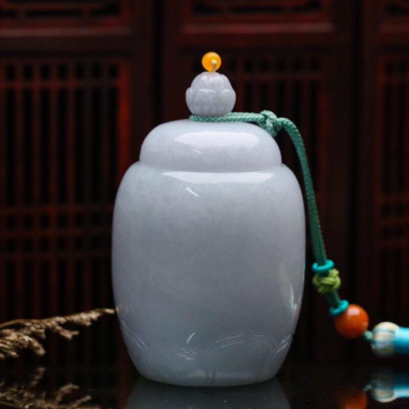 茶罐翡翠小摆件。款式精美,雕刻线条流畅,配珠为饰珠。尺寸:82.8*53.3mm。