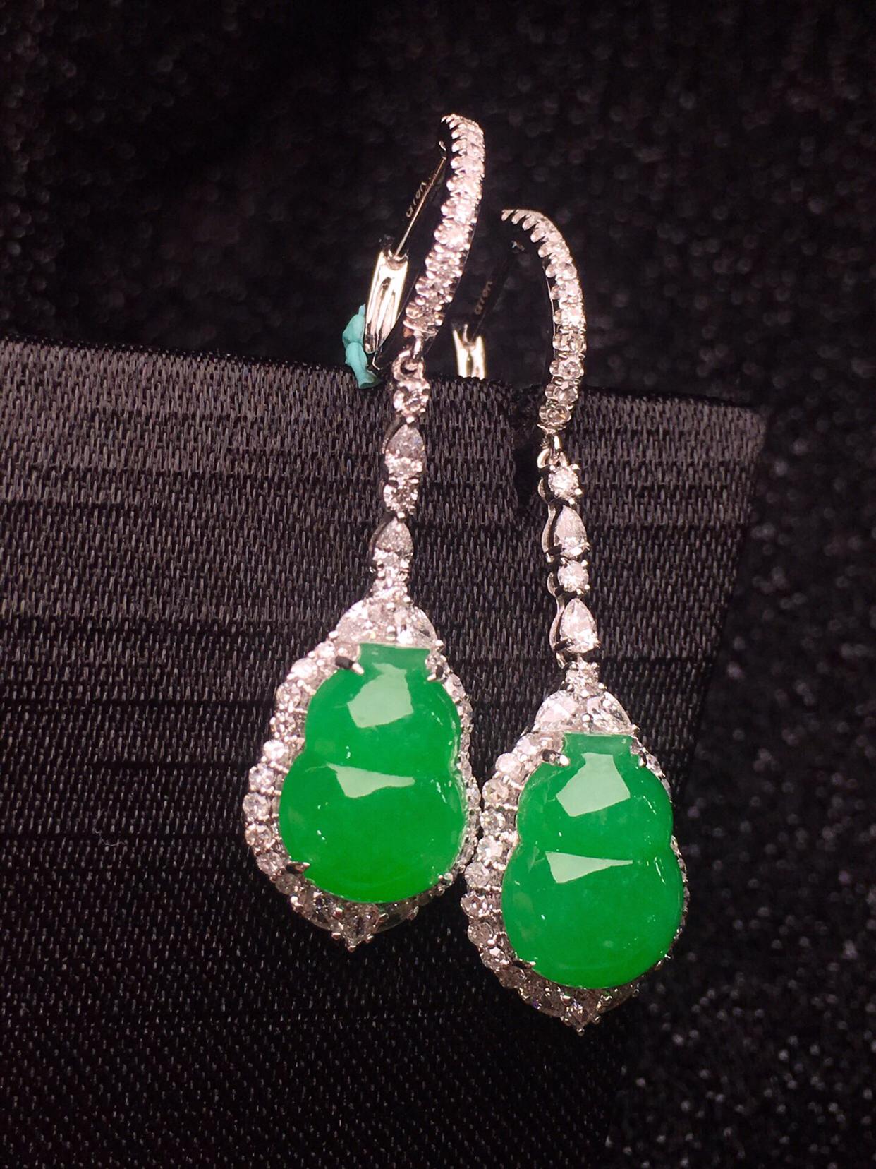 冰阳绿葫芦耳坠     品相漂亮   色泽艳丽   青翠欲滴  种色兼备 18K金南非钻镶嵌