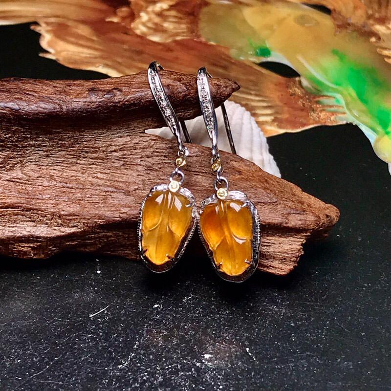收藏推荐冰种黄翡树叶耳坠。种水上乘,颜色明亮浓郁,晶莹剔透,品质没得说。18K金钻精美镶嵌,裸石