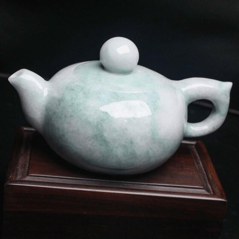 茶壶翡翠小摆件。手工雕刻,色泽清新,雕琢细致,壶身尺寸116.8*75.8*64.7mm。配送精美