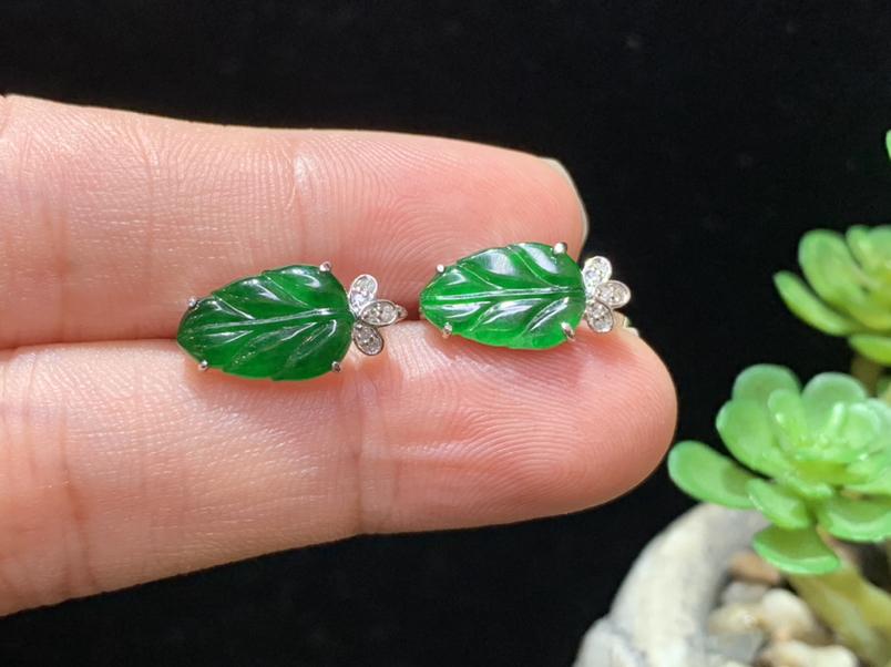 满绿叶子耳扣,18K金伴钻,水润饱满,佩戴精美,裸石规格:11.8*7.9*2