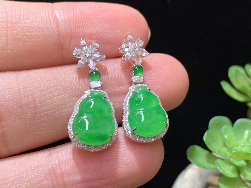 满绿葫芦耳钉,18K金伴钻,水润饱满,佩戴精美,裸石规格:10.5*7.8*3.3