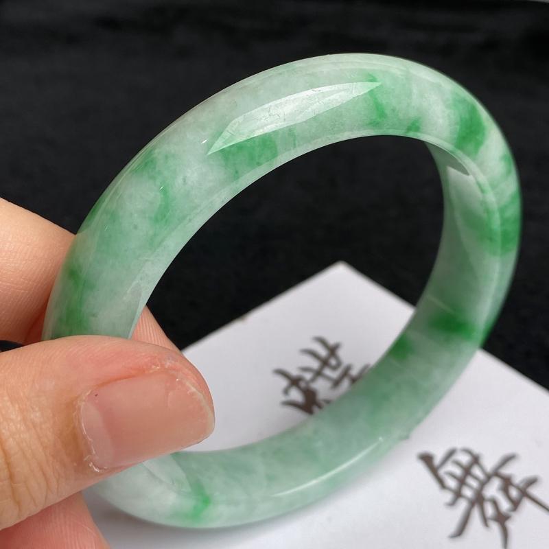 水润飘绿正圈手镯56.5mm 玉质细腻,颜色艳丽,条形大方得体,佩戴效果更好
